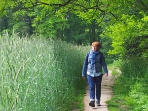 Brigitte op mooi wandelpad rond het kasteel Hackfort