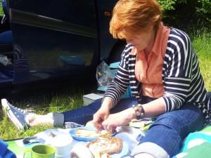 Jammer geen picknickbank gevonden, dan maar op de platte gat.